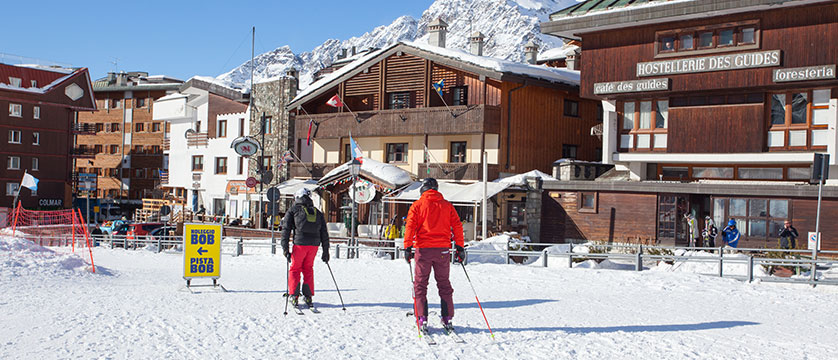 Italy_Cervinia_Chalet-Hotel-Dragon_exterior_with-skiers.jpg